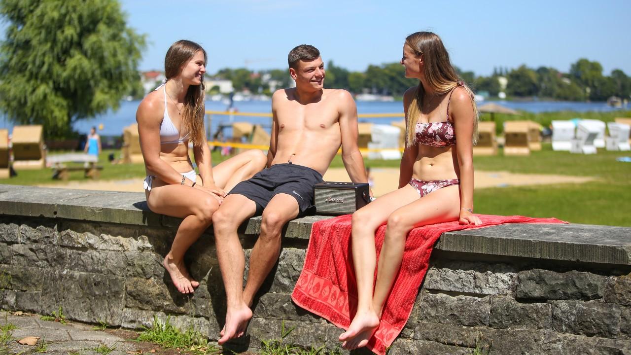 3 Jugendliche unterhalten sich im Stadtbad Park Babelsberg