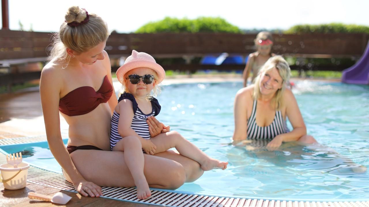 Mutter und Kind am Kleinbadeteich