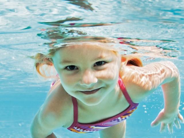 Mädchen beim Tauchen im Schwimmbad, © Yuri Arcurs /Fotolia