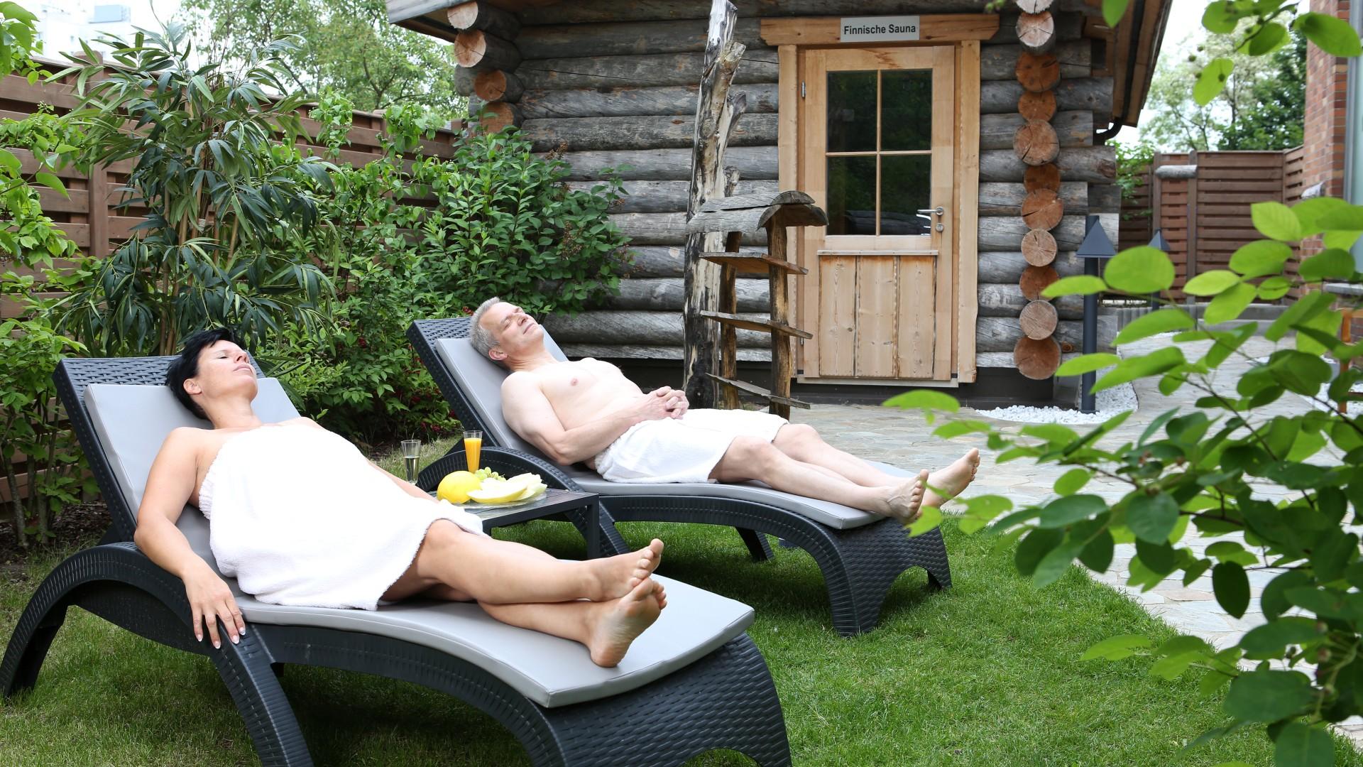 Paar liegt im Saunagarten des Kiezbades im Frühling, © Kathleen Friedrich