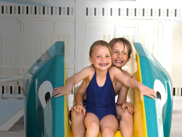 Kindergeburtstag im blu: Junge und Mädchen auf der kleinen Rutsche im Familienbereich, © Katrin Paulus