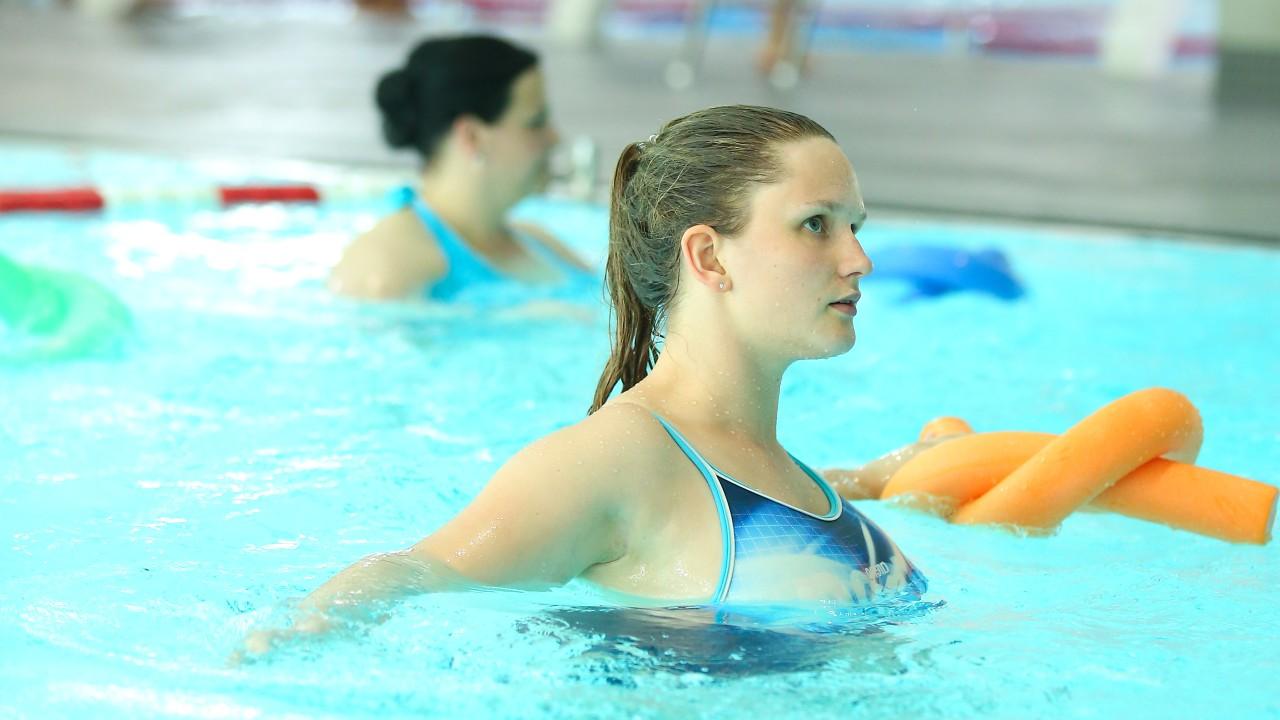 Frau beim Aquafitnesskurs im blu, © Kathleen Friedrich