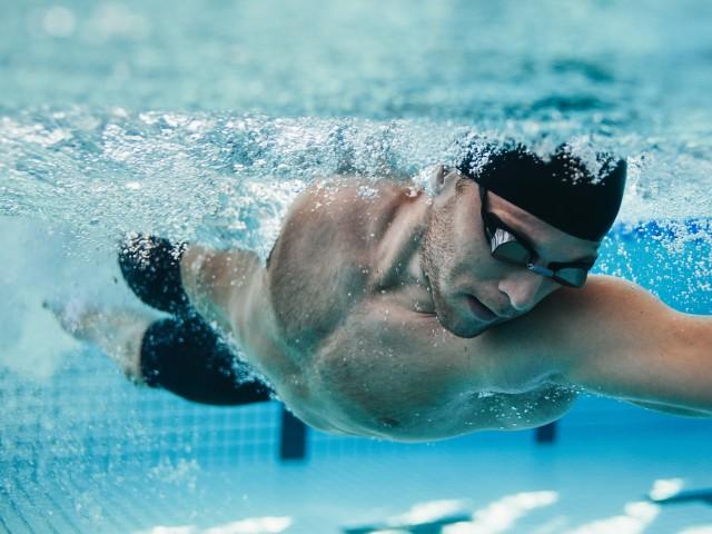 Sportschwimmer im blu beim Personal Training, © Jacob Lund /Fotolia