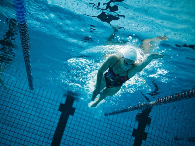 Sportlerin beim Personal Training für Schwimmen im blu, © Jacob Lund /Fotolia