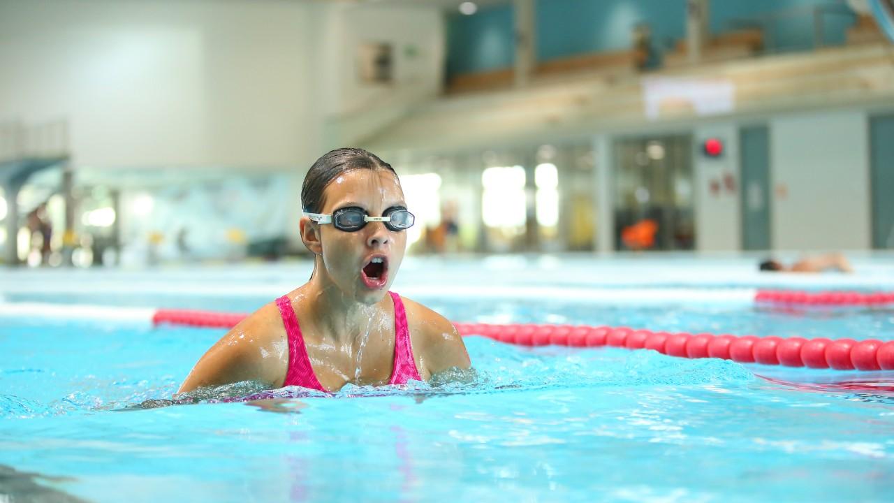 Schwimmerin trainiert im blu sport, © Kathleen Friedrich