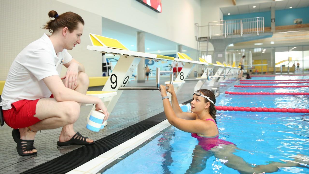 Schwimmerin erhält Tipps vom Schwimmtrainer im blu sport, © Kathleen Friedrich