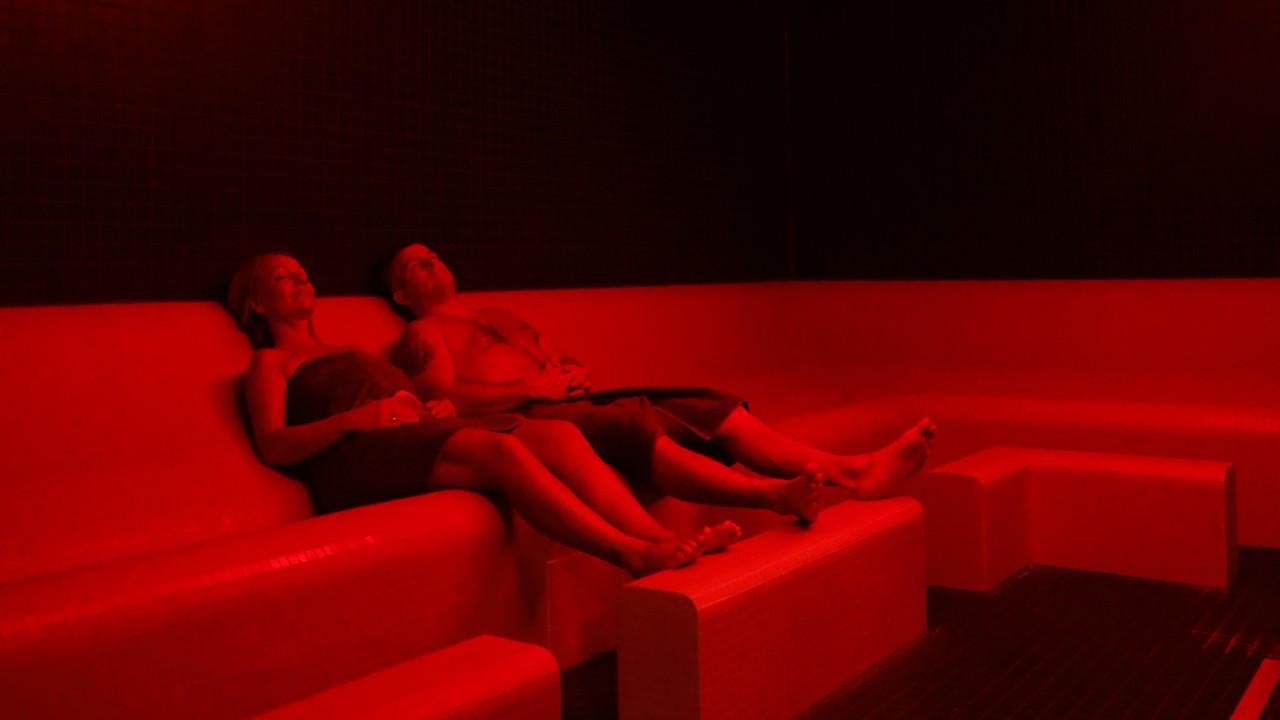 Junges Paar genießt die gleichmäßig-wohligen Wärme im Caldarium, © Kathleen Friedrich
