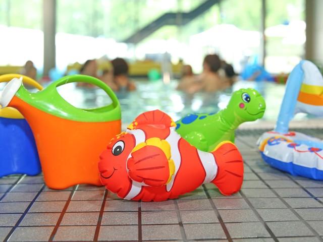 Spielzeug am Beckenrand vom blu Familienbad, © Kathleen Friedrich