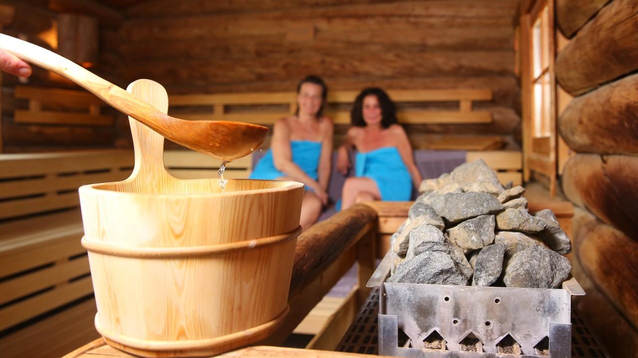 Aufguss aus dem Saunatopf in der Finnischen Sauna im Kiezbad, © Kathleen Friedrich