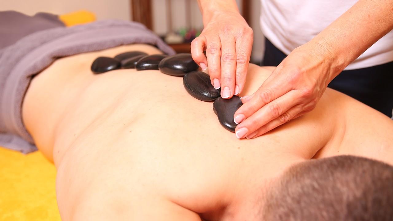 Junger Mann erhält Hot Stone Massage im Kiezbad Am Stern, © Kathleen Friedrich