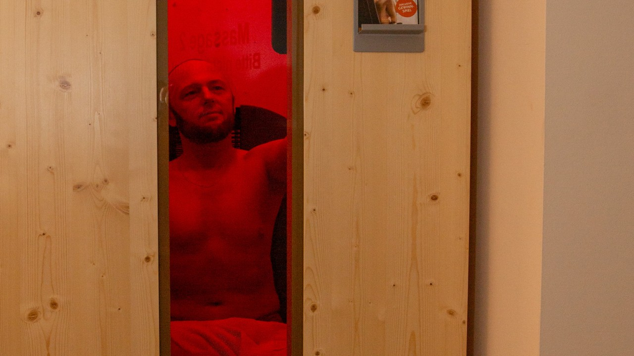 Mann sitzt in der Infrrotkabine im Kiezbad Am Stern, © Katrin Paulus