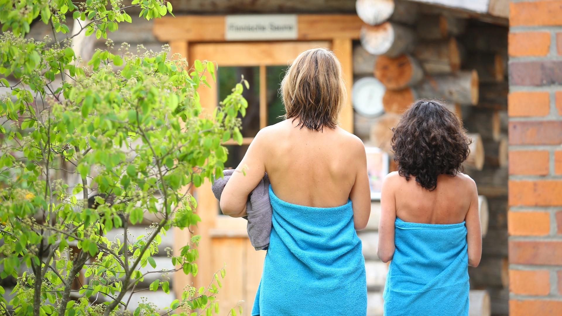 Zwei Frauen auf dem Weg in die Kelosauna im Kiezbad, © Kathleen Friedrich