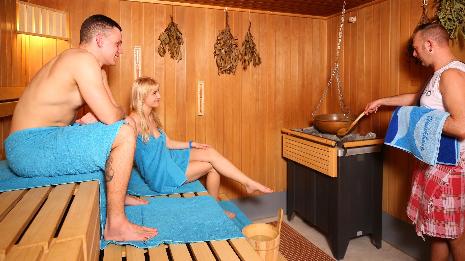 Junges Pärchen in der Sauna beim Aufguss mit dem Saunameister, © Kathleen Friedrich