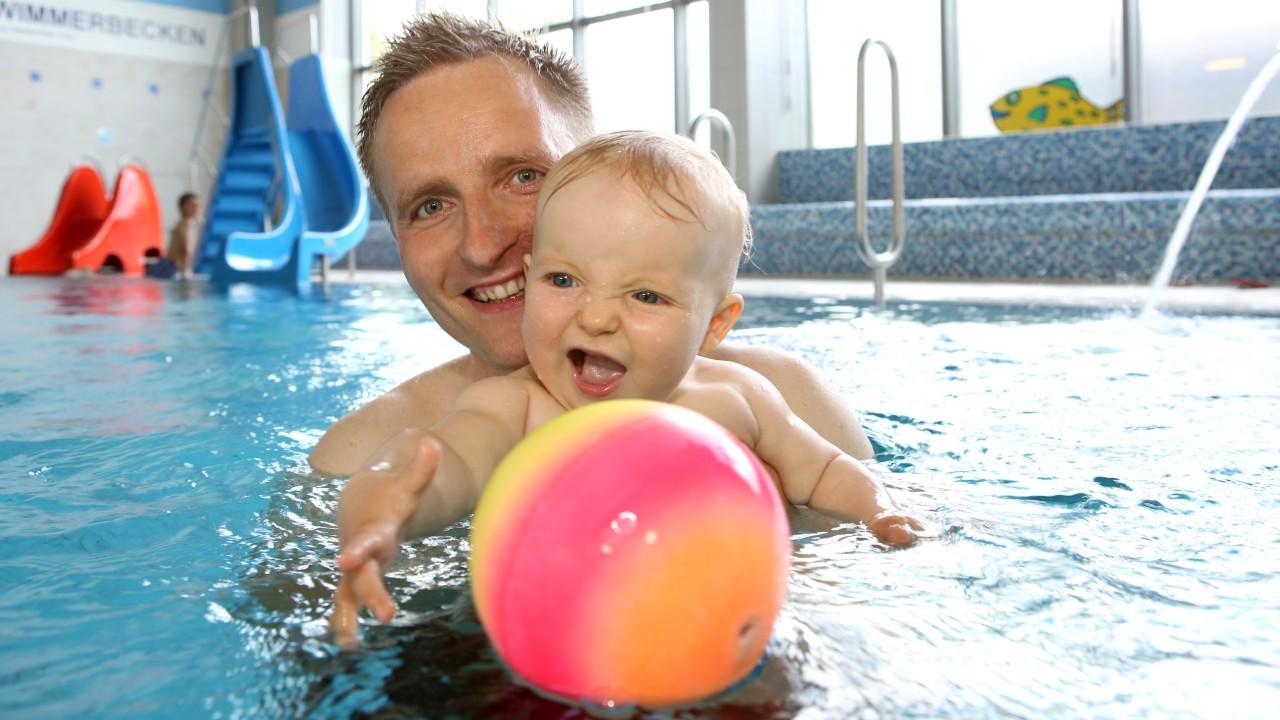 Vater mit seinem Baby beim Babyschwimmen im Kiezbad Am Stern, © Kathleen Friedrich