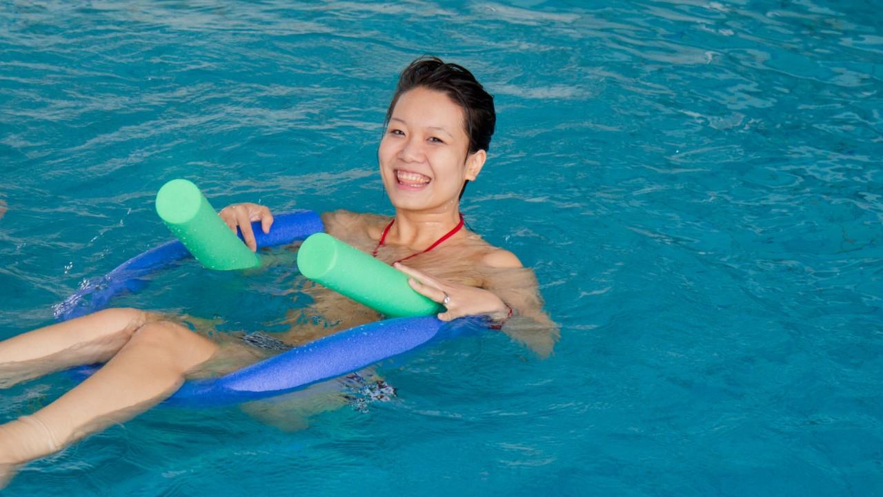 Frau mit Schwimmnudeln im Lehrschwimmbecken des Kiezbades Am Stern, © Katrin Paullus