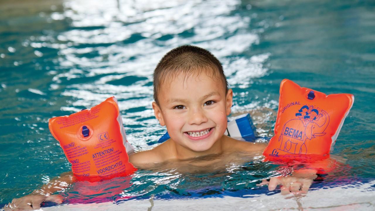 Junge mit Schwimmhilfen im Lehrschwimmbecken des Kiezbades Am Stern, © Katrin Paulus
