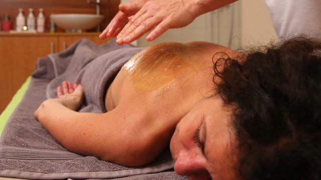 Frau bekommt klassische Massage im Kiezbad, © Kathleen Friedrich
