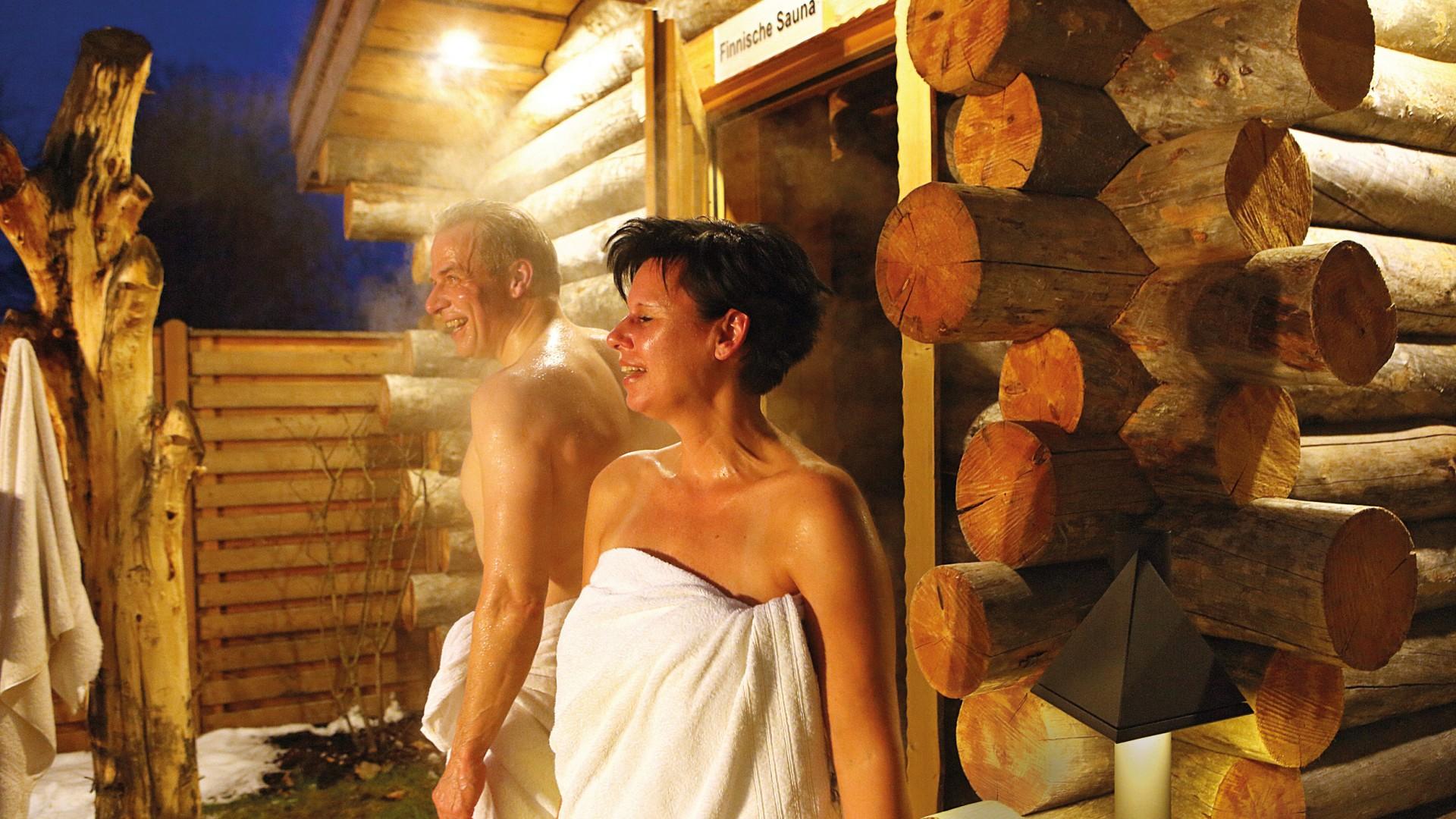 Paar kommt im Winter aus der Kelosauna in den Saunagarten des Kiezbades, © Kathleen Friedrich