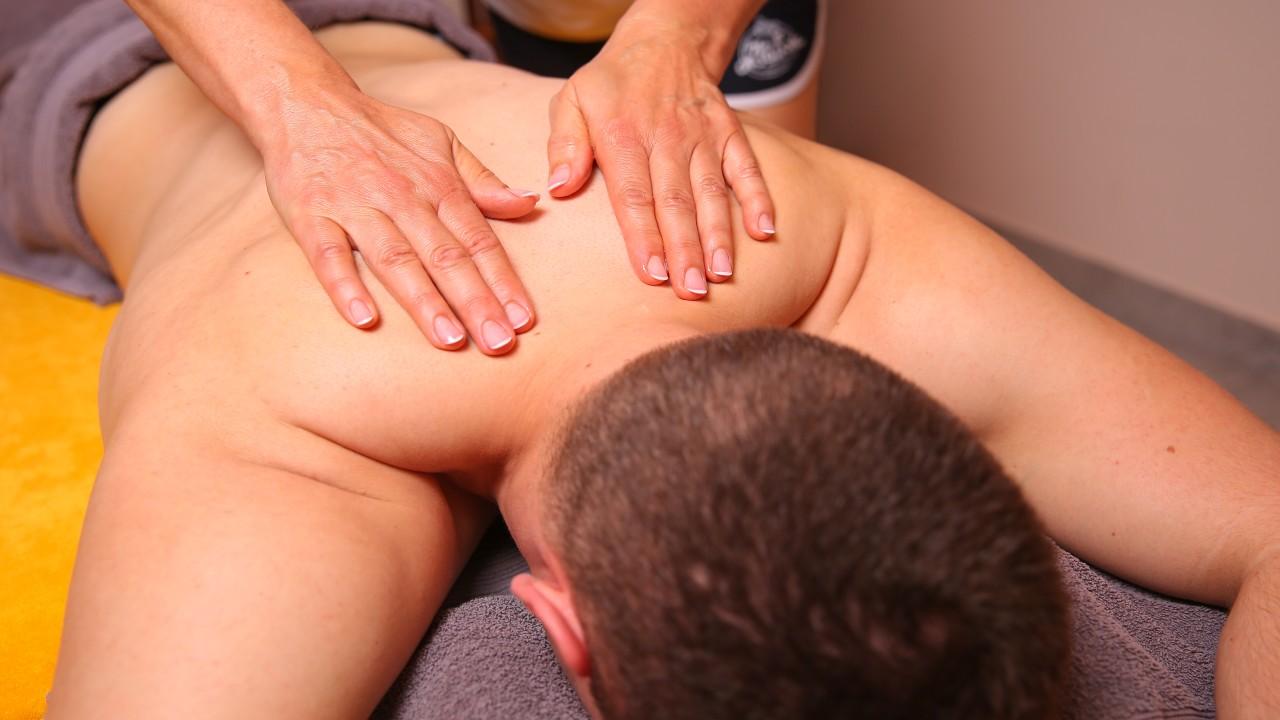 Junger Mann wird der Rücken massiert, © Kathleen Friedrich