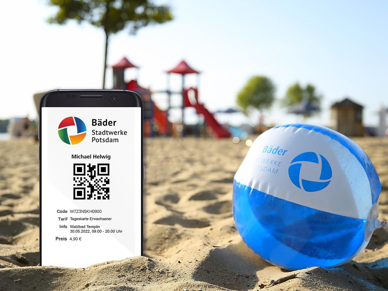 Smartphone mit Online-Ticket am Strand vom Waldbad Templin