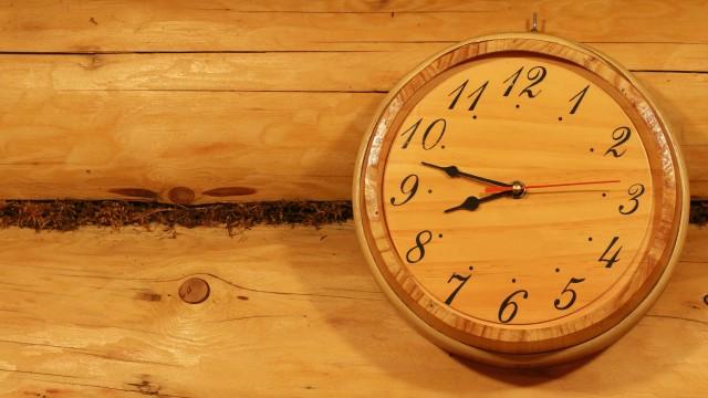 Holzuhr in der Sauna an der Wand, © vubaz – stock.adobe.com