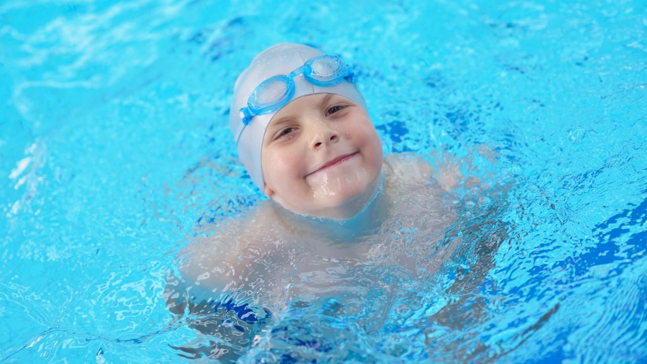 Portrait von schwimmenden Jungen, © .shock – Adobe Stock