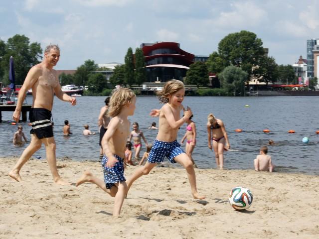 Kinder spielen am Strand im Stadbad Park Babelsberg, © Kathleen Friedrich