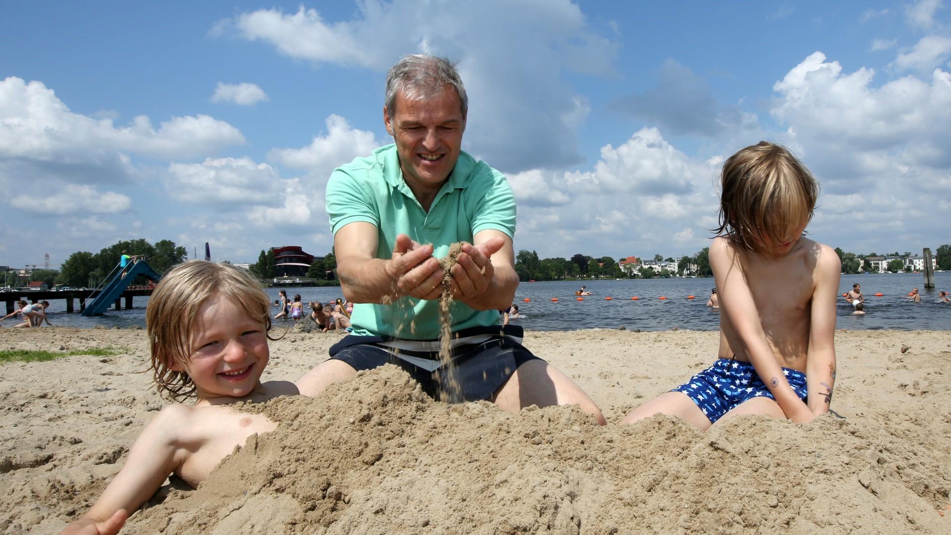 Familie im Strandbad Park Babelsberg baut eine große Sandburg, © Kathleen Friedrich