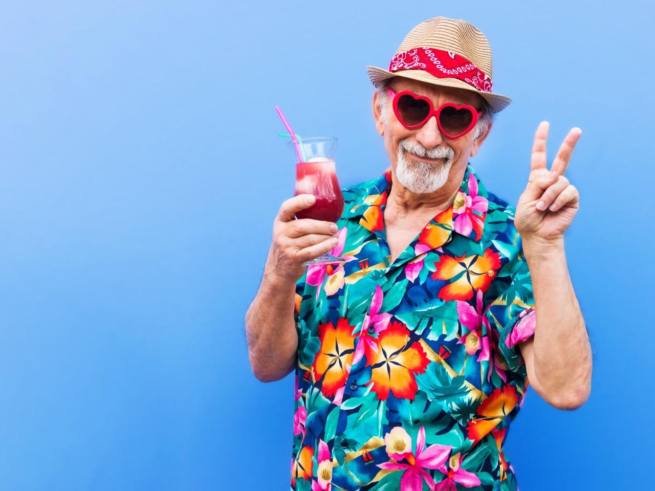 Mann mit Cocktailglas im Freizeitoutfit, © oneinchpunch – stock.adobe.com