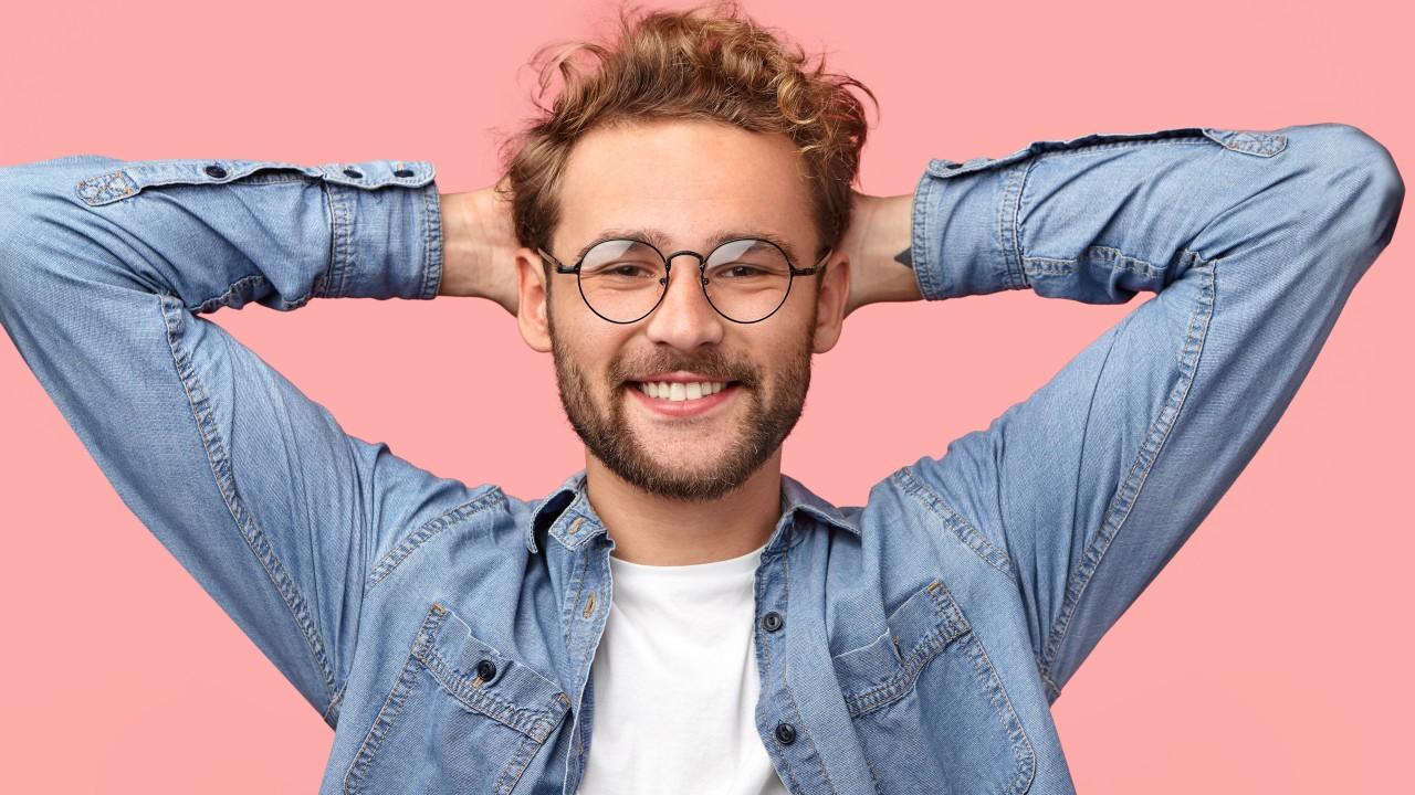 Junger Mann mit Brille, © Adobestock