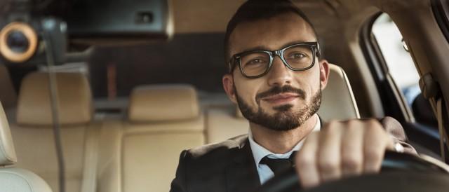 Mann im Auto, © Adobestock