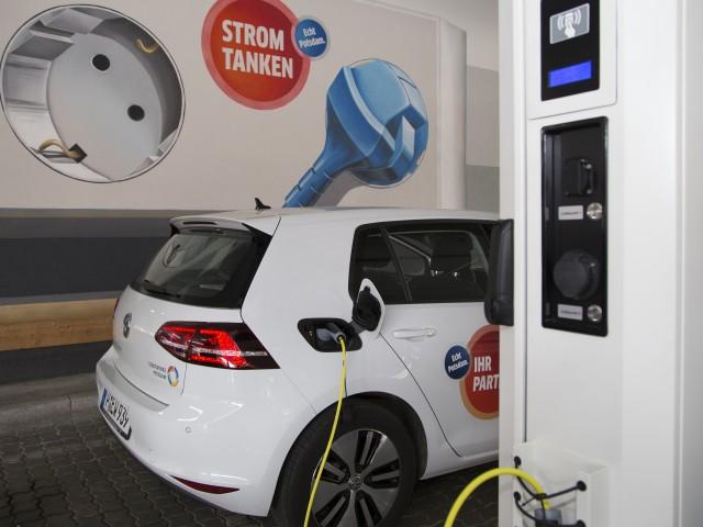 Elektroauto der Energie und Wasser Potsdam an der Ladestation im Sterncenter