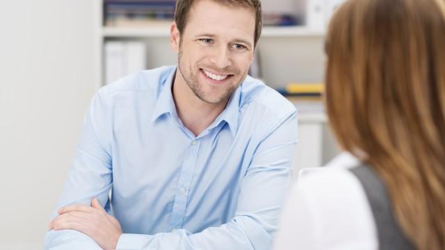 Beratungsgespräch zwischen einer Frau und einem Mann vom Kundenservice der Energie und Wasser Potsdam, © contrastwerkstatt /Fotolia