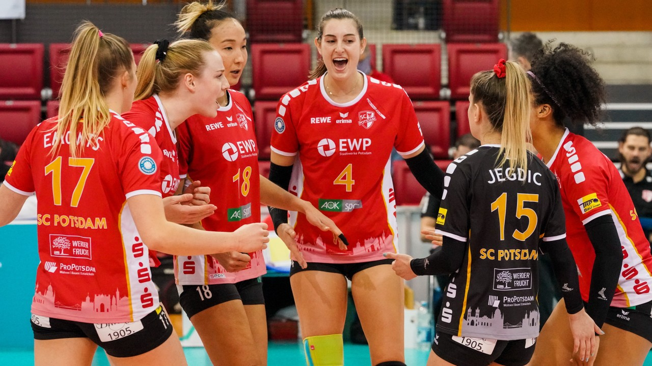 Spielerinnen vom SC Potsdam freuen sich über Punktgewinn, © Moritz Bosold