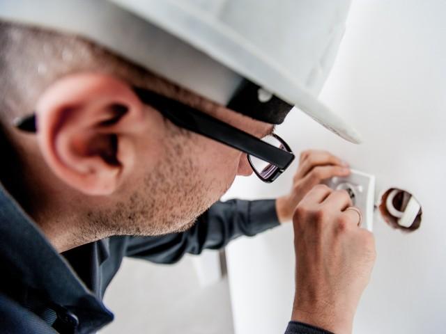 Elektriker arbeitet an Steckdose