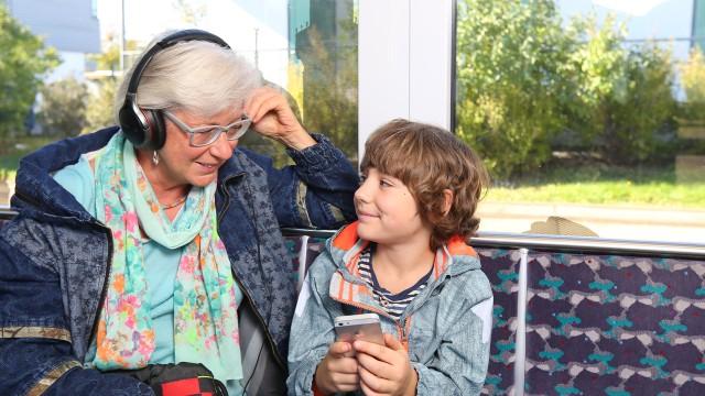Seniorin ist mit Ihrem Enkel in der Tram in Potsdam unterwegs, © Kathleen Friedrich