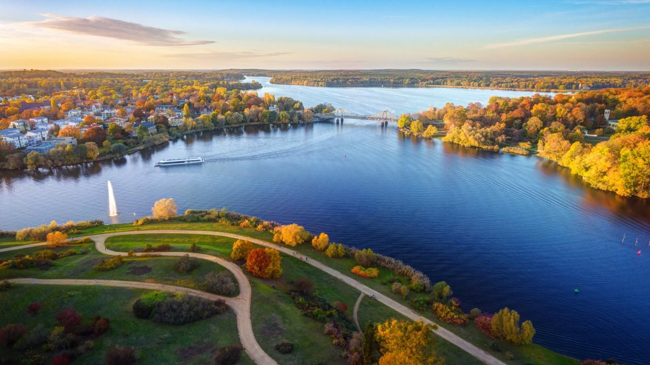 Luftaufnahme vom Babelsberger Park und der Glienicker Brücke, © Sliver /Fotolia