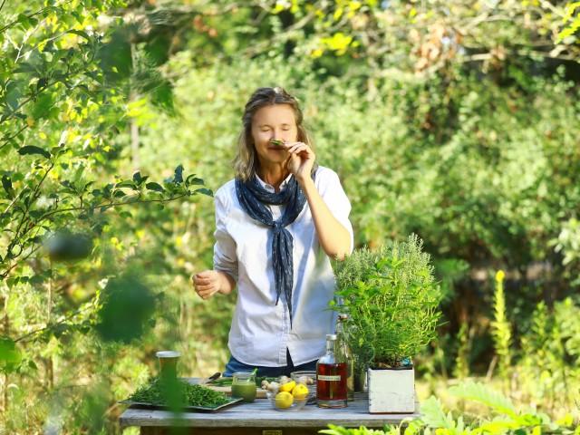 Frau riecht an Wildkräutern, © Beate Wätzel