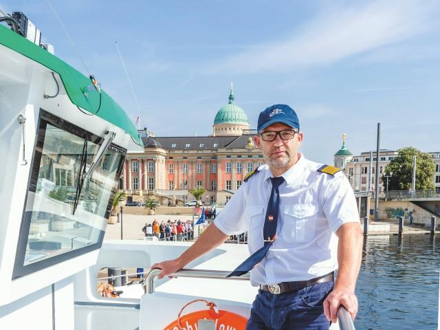 Kapitän auf Hybridfahrgastschiff vor Stadtschloss, © Beate Wätzel