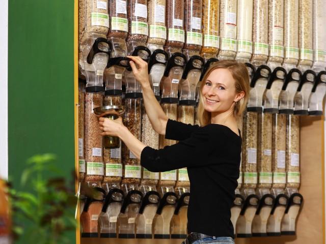Frau sortiert ihr Regal im Unverpacktladen, © Beate Wätzel