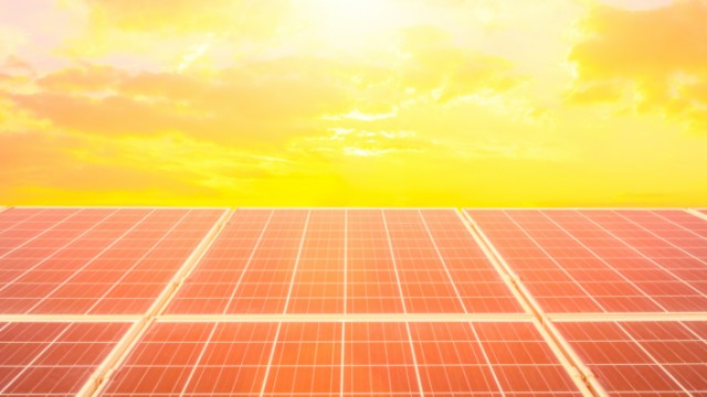 Photovoltaikanlage - gefördertes Projekt - mit Logos, © AdobeStock