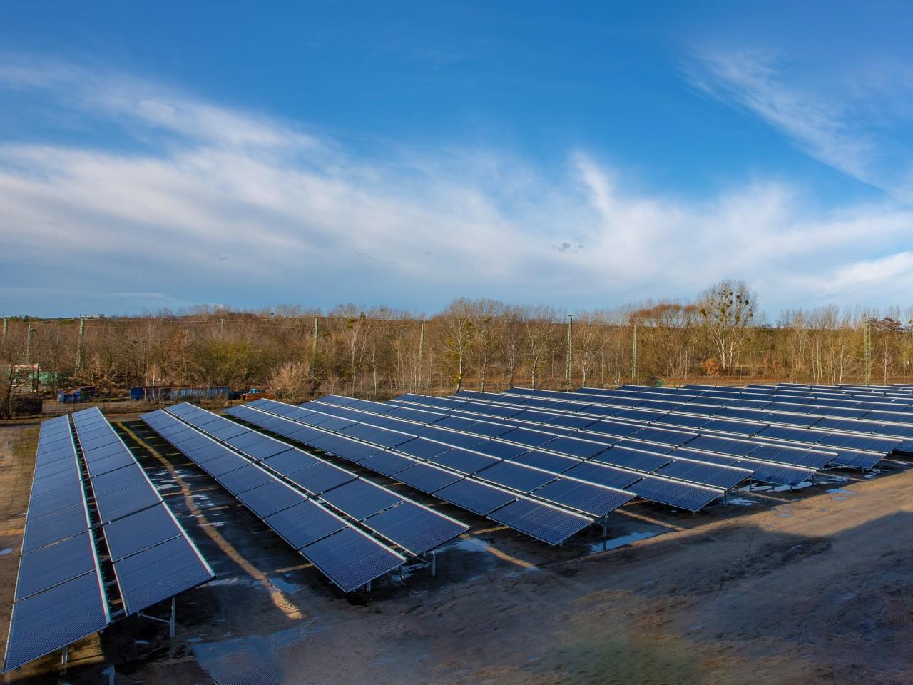 Solarthermiepaneele auf einem Grundstück