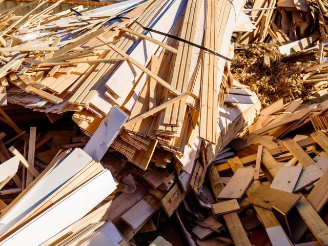 Holzabfälle beim Bau werden über den Container der Stadtentsorgung Potsdam entsorgt, © imfotograf /Fotolia
