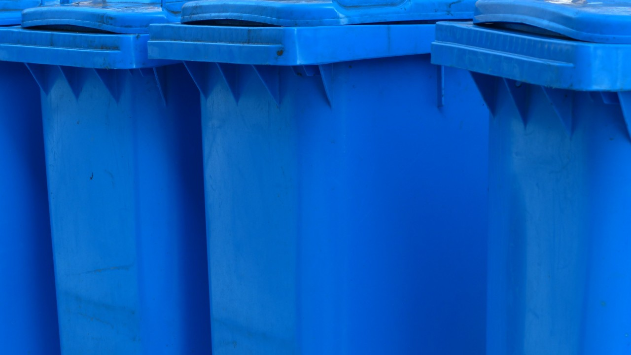 Blaue Papiermülltonnen