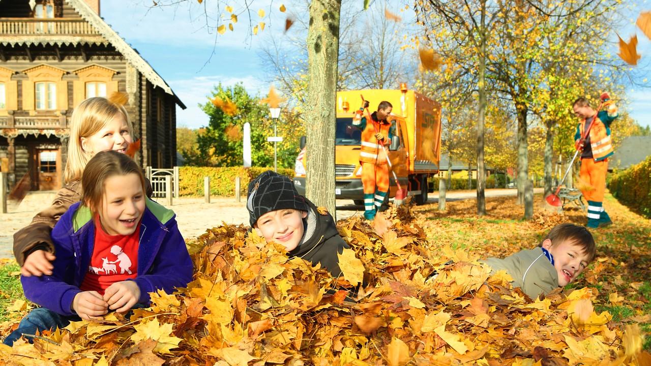 Kinder im Herbstlaub in Potsdam-Alexandrowka, © Beate Wätzel