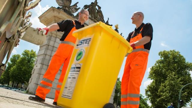 STEP Mitarbeiter bei der Entsorgung von Plastikmüll (gelbeTonne) in Potsdam am Jägertor, © Karoline Wolf