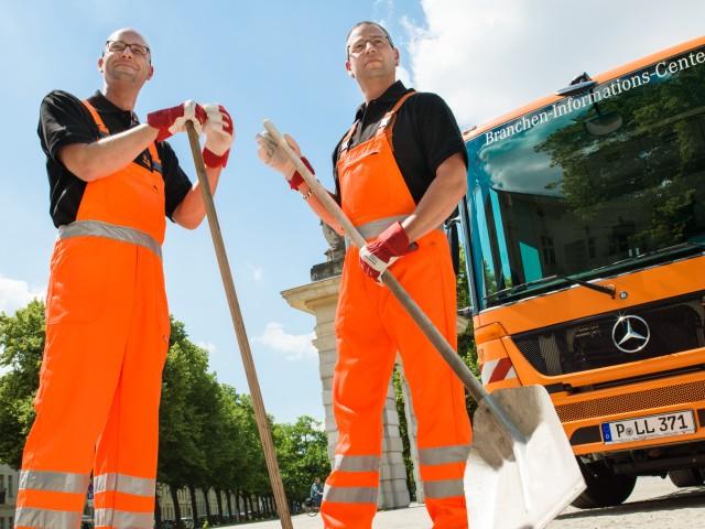STEP Mitarbeiter bei der Straßenreinigung mit Besen in Potsdam am Jägertor, © Karoline Wolf