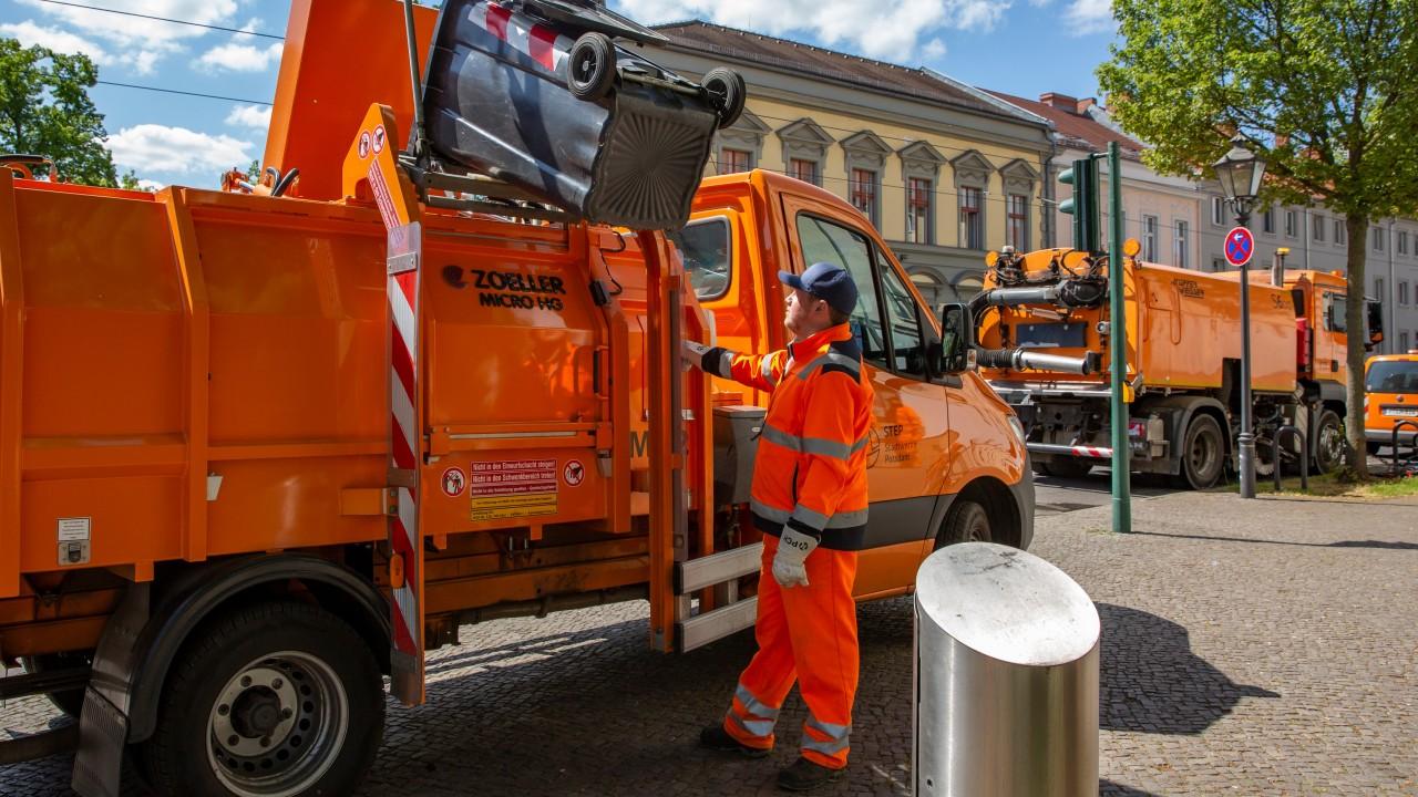STEP-Mitarbeiter mit dem Müllfahrzeug bei der Straßenreinigung, © Katrin Paulus