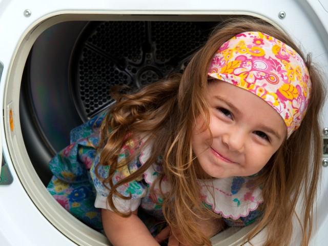 Kind sitzt in Waschtrommel, © Andreas Koch - Fotolia