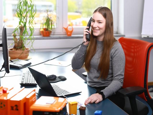 Auszubildende in der Logistik und Spedition berät am Telefon, © Kathleen Friedrich